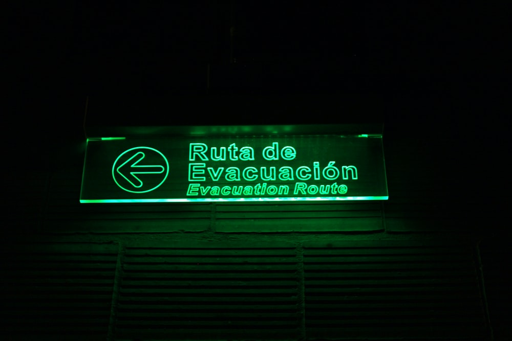 ruta de evacuacion signage