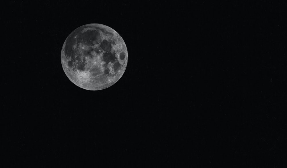 white full moon close-up photography