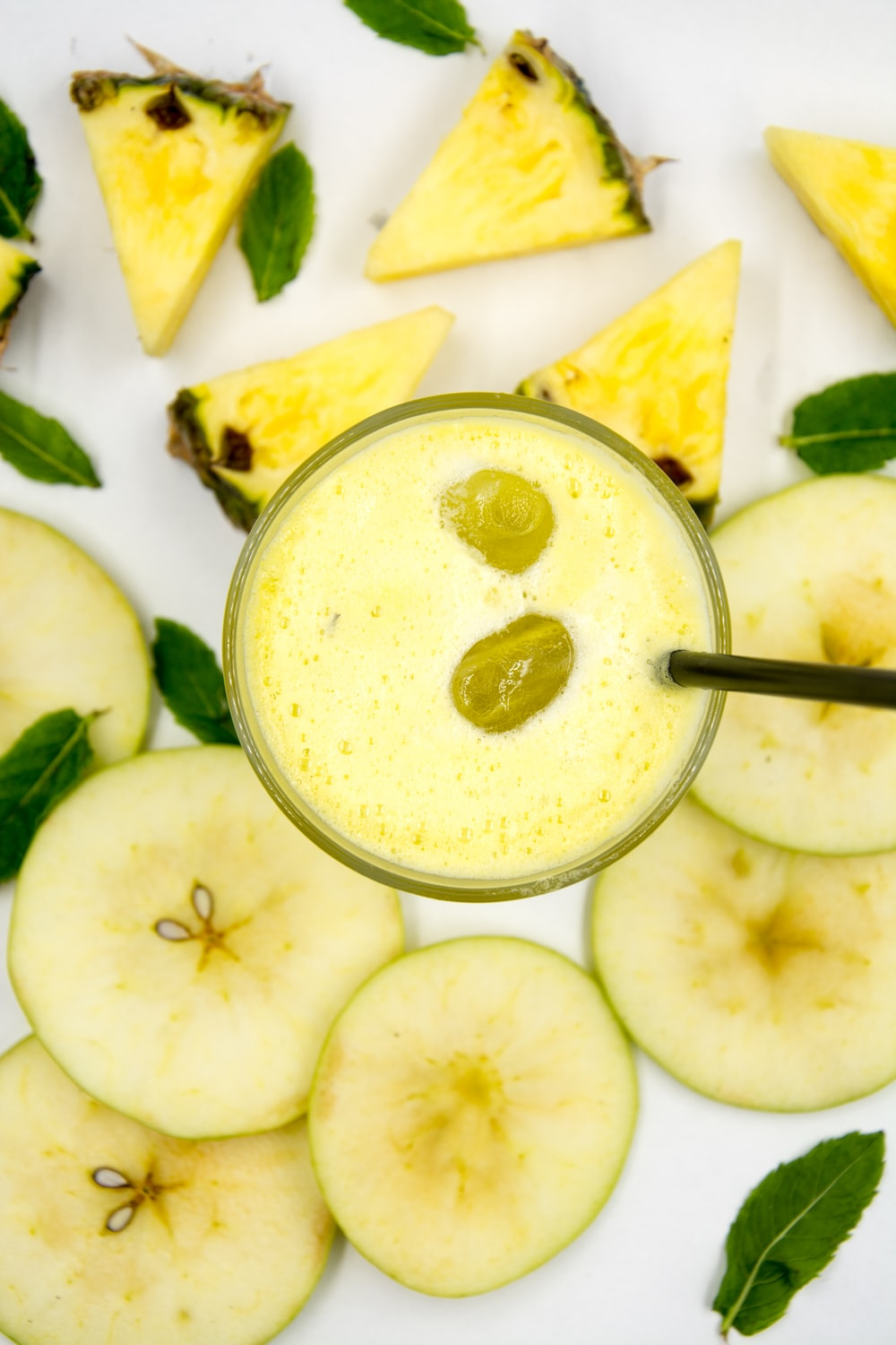 pineapple juice close-up photography