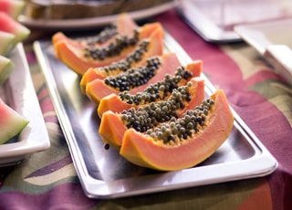 papaya fruits on focus photography