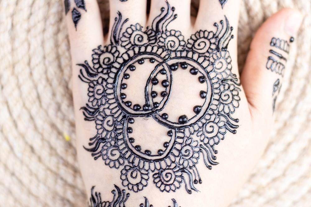 black mhendi tattoo