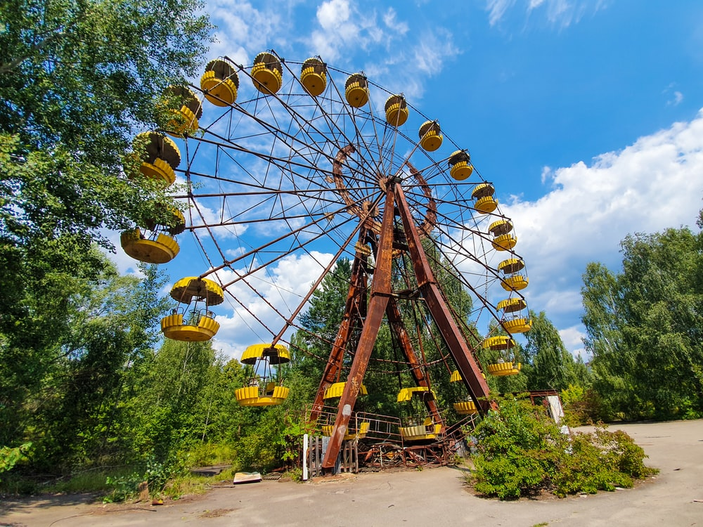 yellow and brown ferris wheel