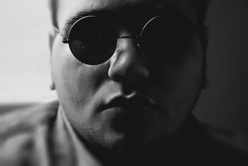 man wearing black sunglasses close-up photography