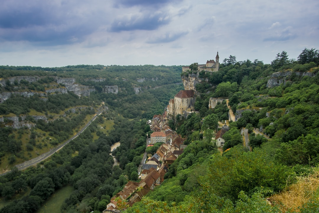 The medieval town of Rocamadour is hugging the cliffs of the valley. The castle used to offer protection, it now offers a spectacular panoramic view of the surroundings.