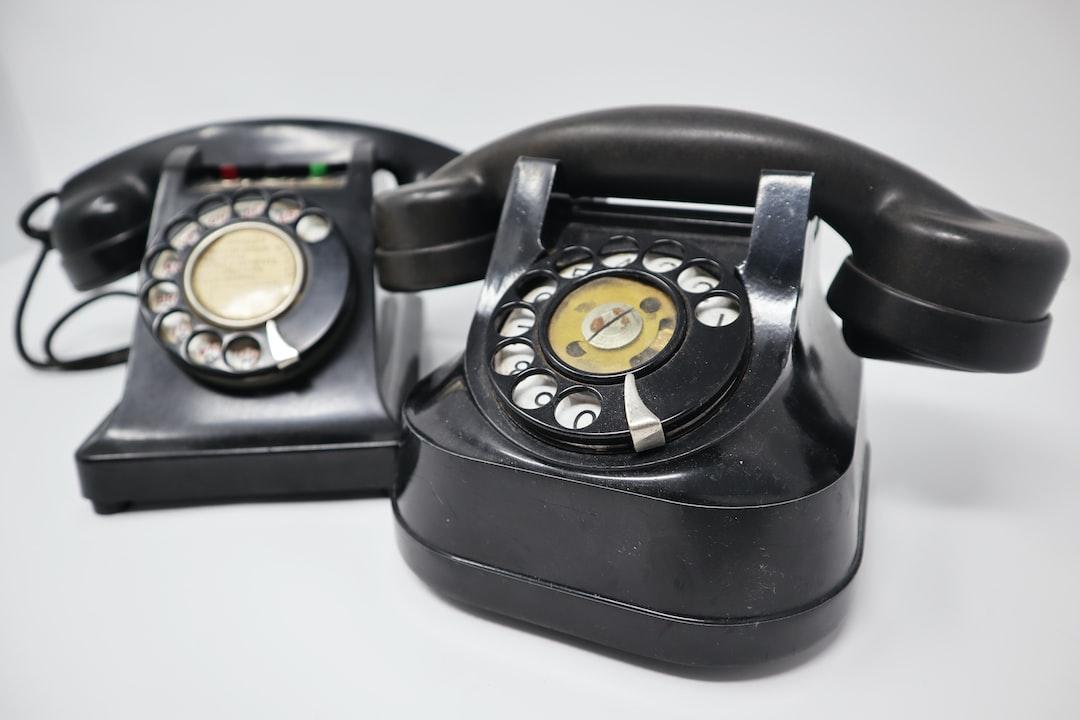 Duo of vintage bakelite phones.