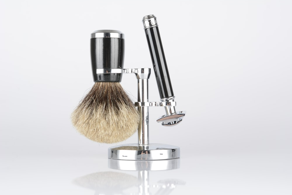 2-piece shaver set with beige wall