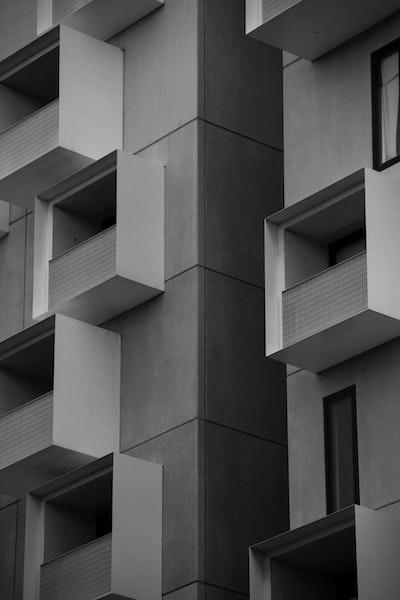 gray concrete building \