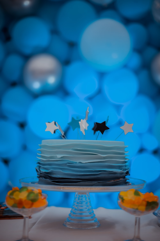 round cake on stand