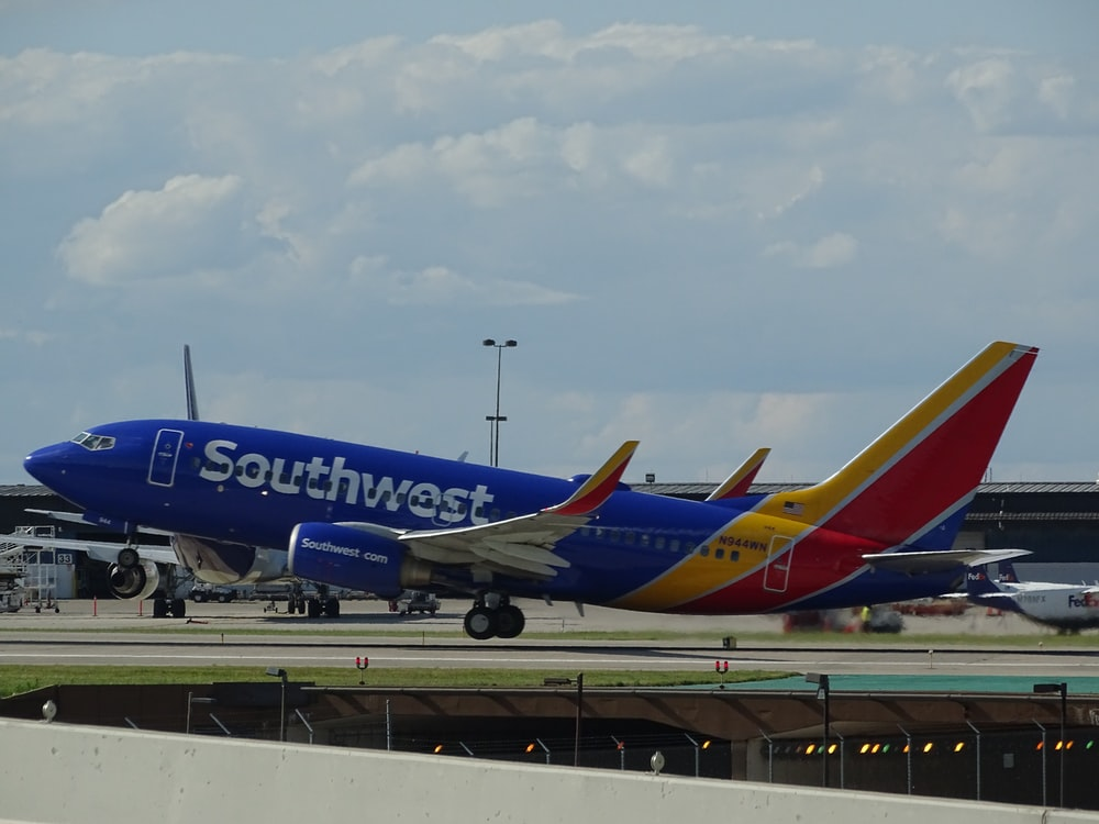 blue and red Southwest airliner