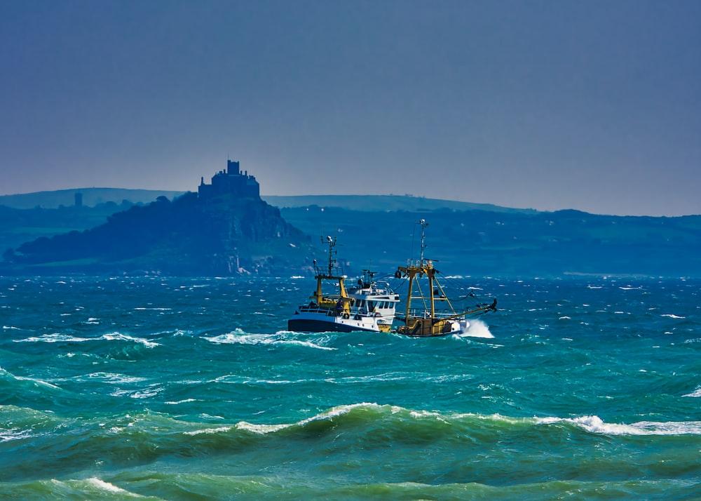 white shipon sea
