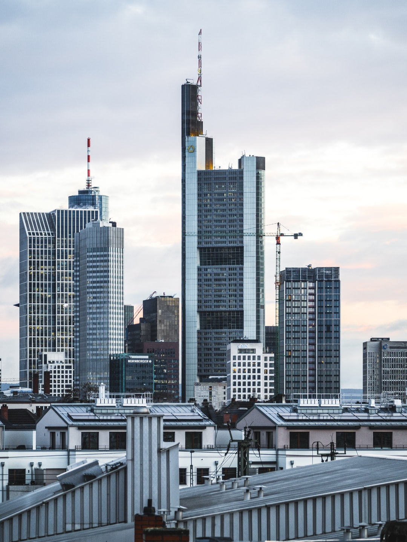 Sunrise colours in Frankfurt (Main) with the skyline.