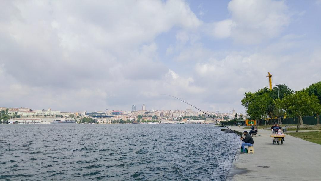 Istanbul, storicamente conosciuta come Bisanzio, Costantinopoli o Nuova Roma, è la città capoluogo della provincia omonima e il principale centro industriale, finanziario e culturale della Turchia. Con una popolazione di circa 15 000 000 di abitanti, Istanbul (considerando però anche i quartieri asiatici) è il centro municipale più popoloso d'Europa (sesto nel mondo) davanti a Mosca e Londra.