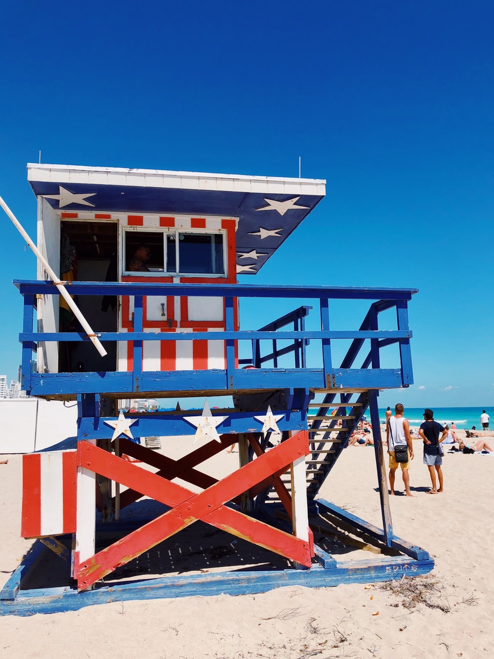 white, blue, and red American flag printed wooden lifeguard house on beach