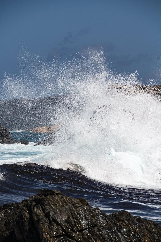 sea waves at daytime