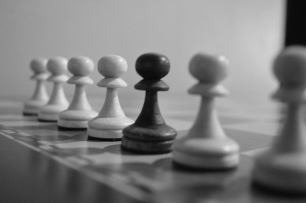chess pieces lot close-up photography