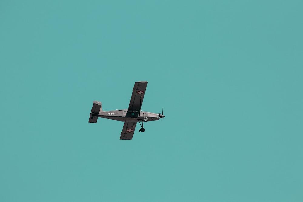 gray propeller plane in flight