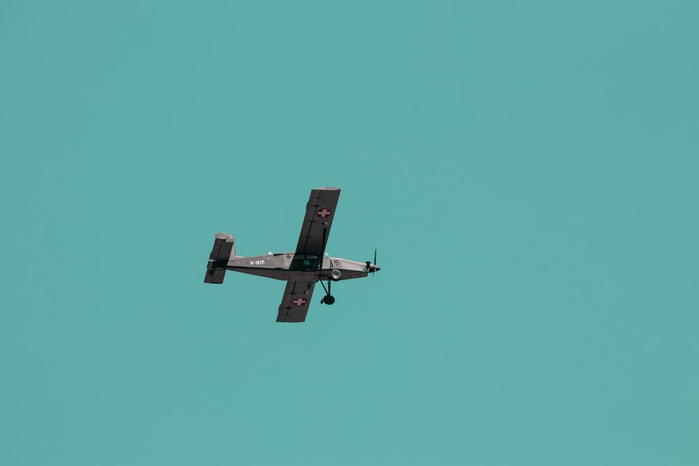 gray propeller plane in flight