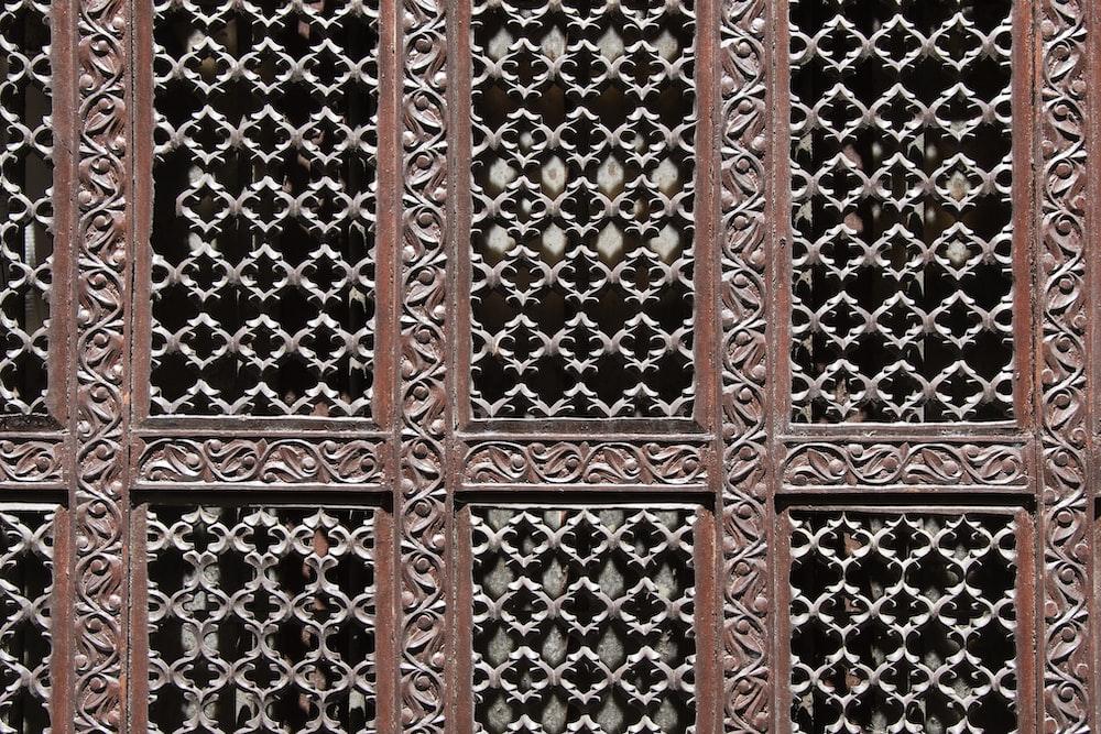brown and gray mesh wall