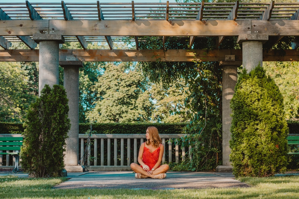 woman siting on focus photography