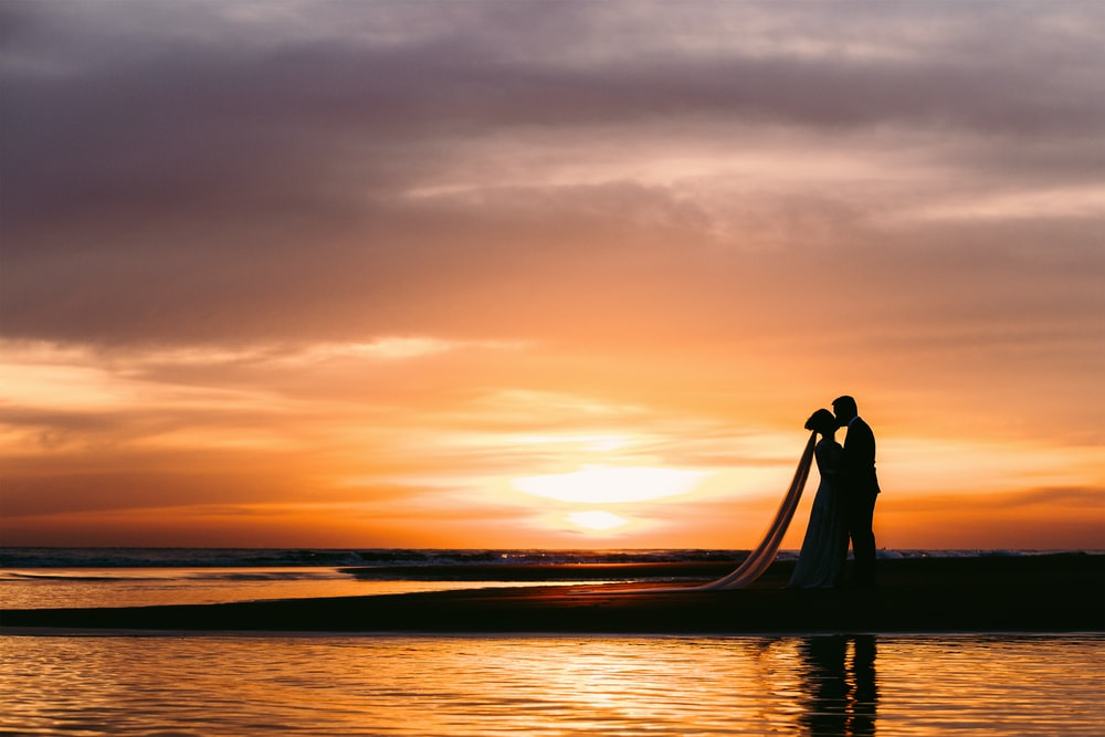 couple kissing photography