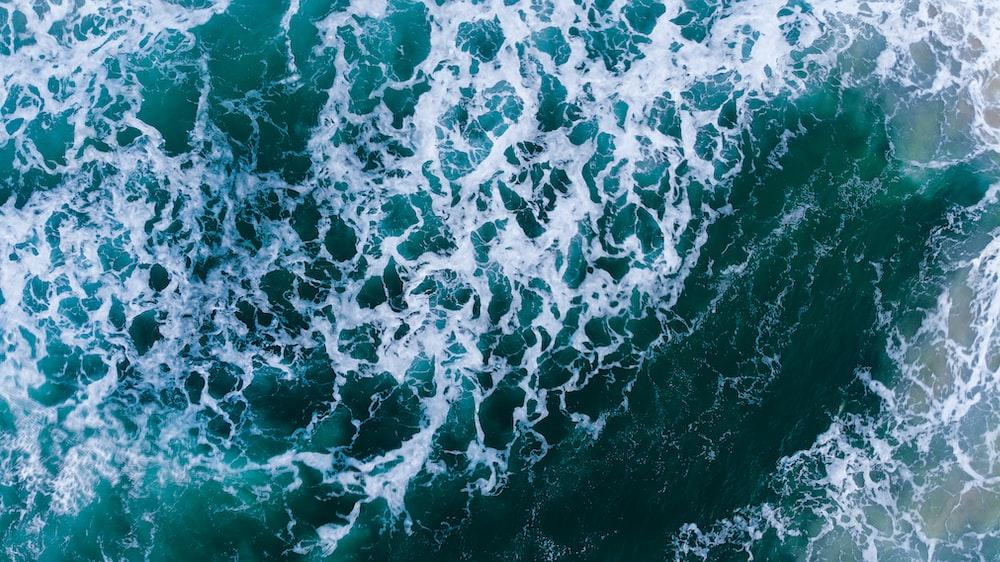 sea waves during daytime