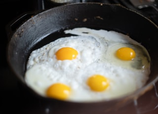 Cooking eggs in cast iron skillet