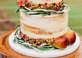 Fig and Champagne Wedding Cake; it's a thing.