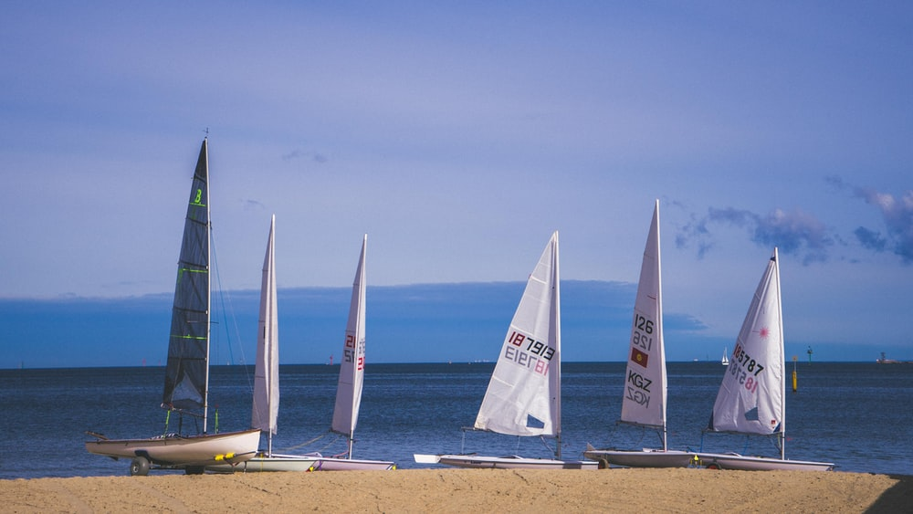 six boat in a shore during daytime