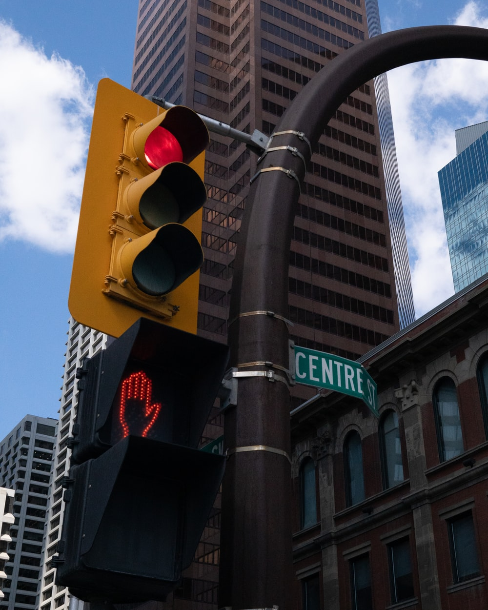 yellow and black traffic light during daytime
