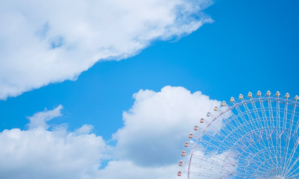 white ferris wheel during cloudy day