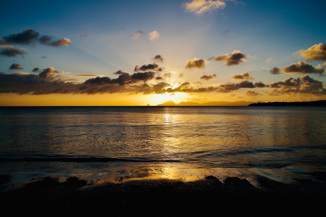 Au loin le rocher du Diamant soleil couchant.  Prise de vue depuis la Grande Anse des Salines à Ste-Anne.
