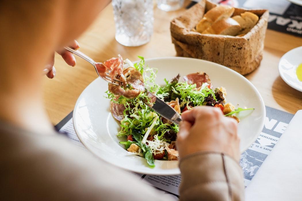 piatto di insalata mista