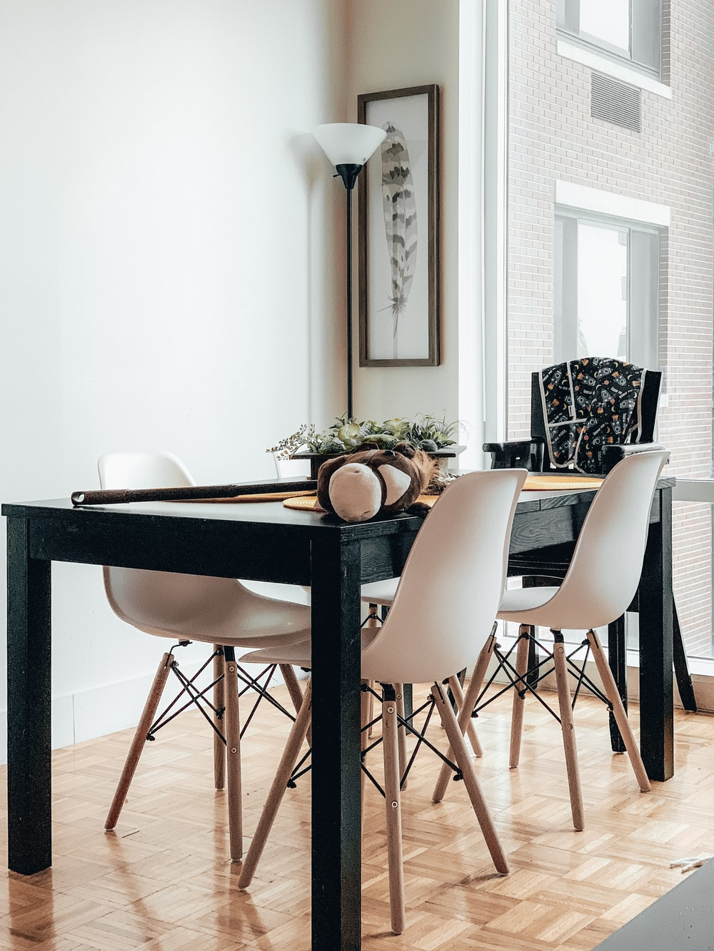 black wooden table and white chairs photo – Free Chair Image on