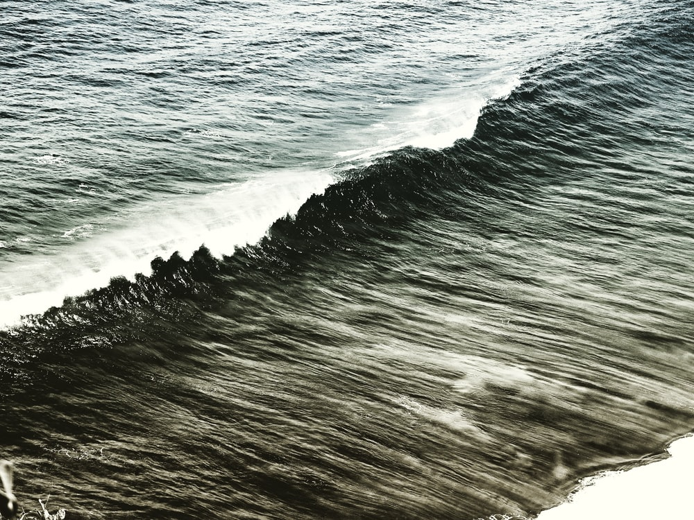 sea wave during daytime