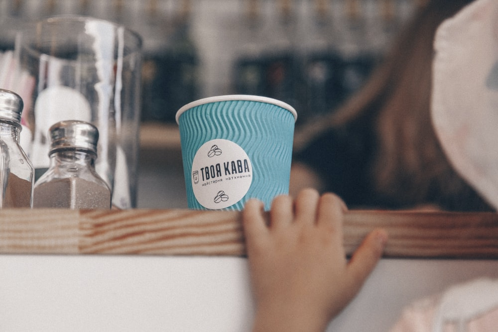 青いプラスチックカップ