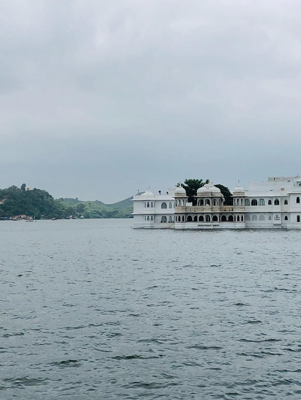 Beautiful scenery of Lake Palace Udaipur, photo taken at Ambrai Ghat, Udaipur.
