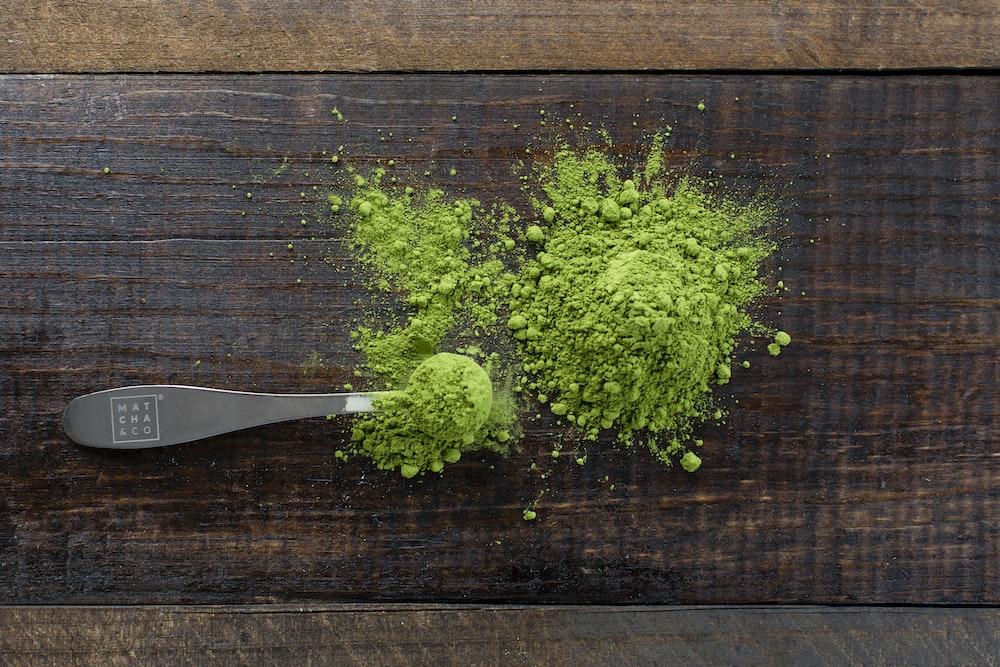 スコープの近くの緑色の粉末ハーブ