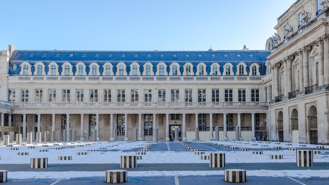 Les Deux Plateaux : Colonnes de Buren  Les Deux Plateaux, communément appelée « colonnes de Buren », est une œuvre d'art de Daniel Buren réalisée avec l'aide de Patrick Bouchain dans la cour d'honneur du Palais-Royal à Paris, en France, aux abords immédiats du ministère de la Culture et de la Comédie-Française.  Le jardin du Palais-Royal est classé monument historique depuis 1920 et l'ensemble du domaine, comprenant Les Deux Plateaux, en 1994
