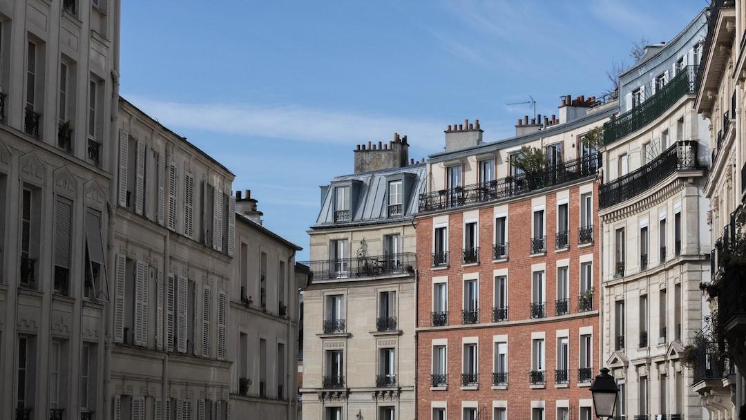 Riche d'un long passé artistique, ce lieu-dit de Paris (France) dominé par la Basilique du Sacré-Cœur a toujours été le symbole d'un mode de vie bohème où, de Picasso à Modigliani, de nombreux artistes trouvèrent refuge.