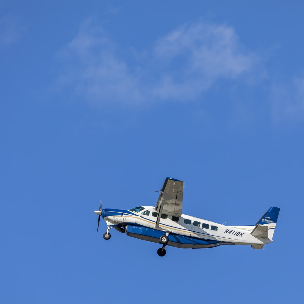 white and blue N4118K plane