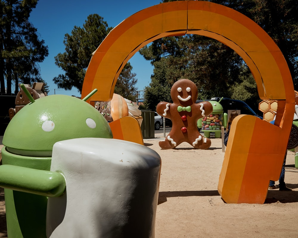 Android holding marshmallow statue