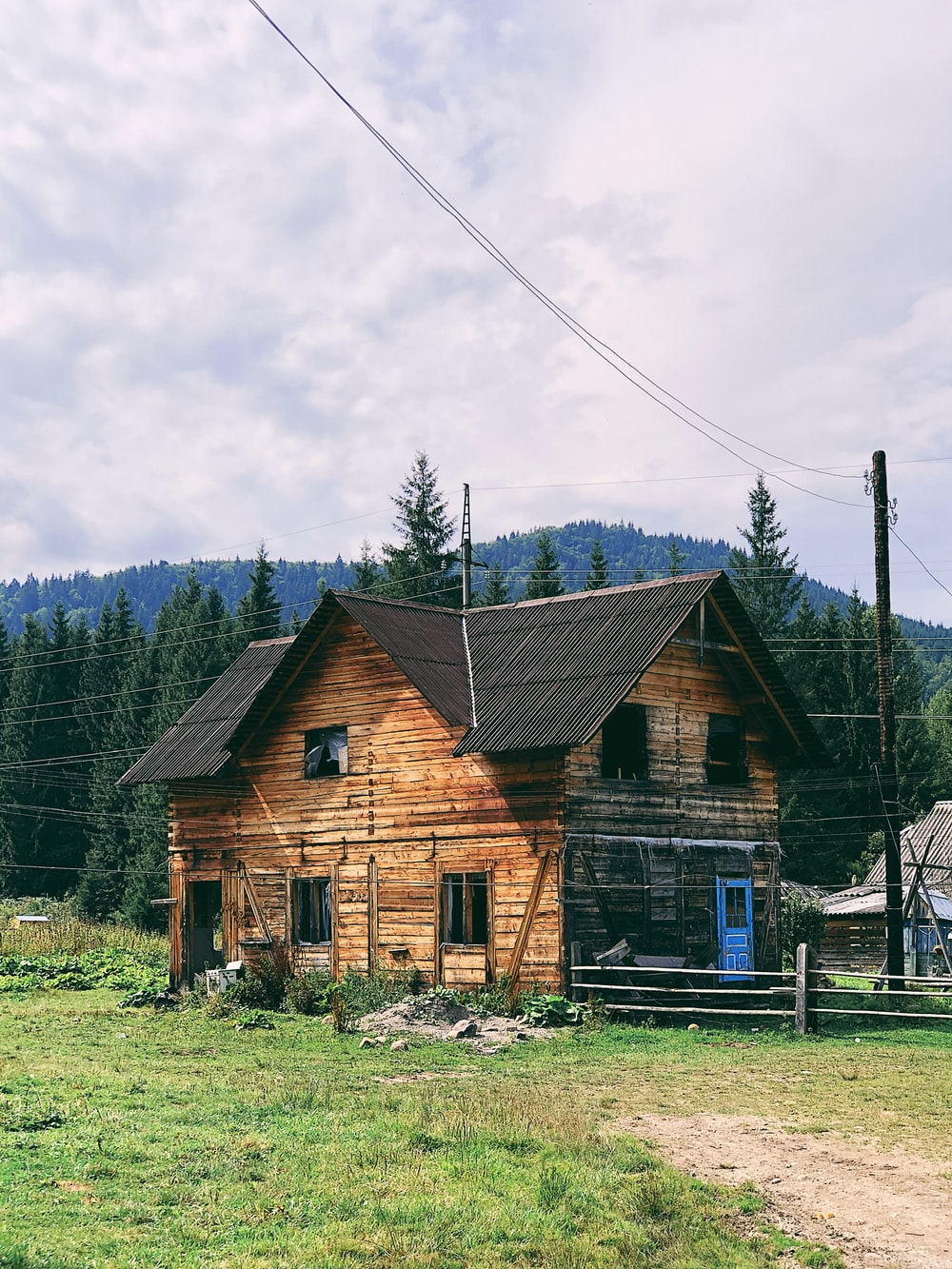 brown and black house near mountain at daytime