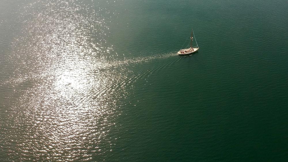 sailing boat during daytime