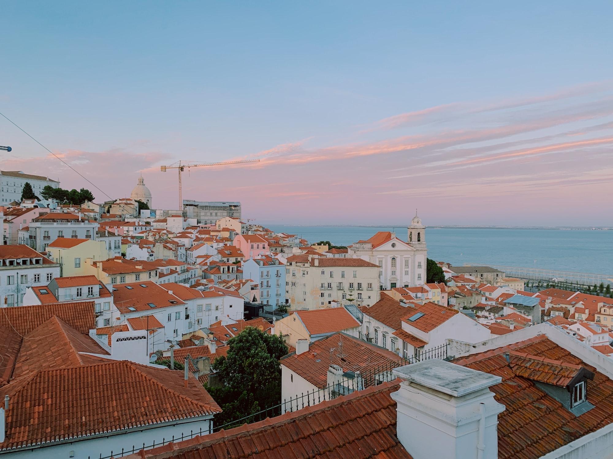 Vue des toits des maisons à Lisbonne au Portugal avec l'océan en arrière plan