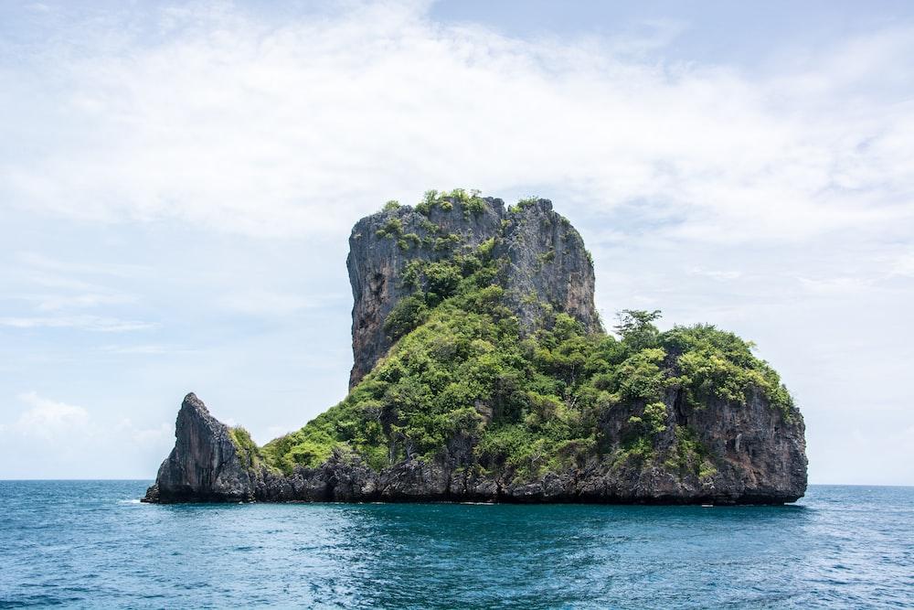 green islet photo during daytime