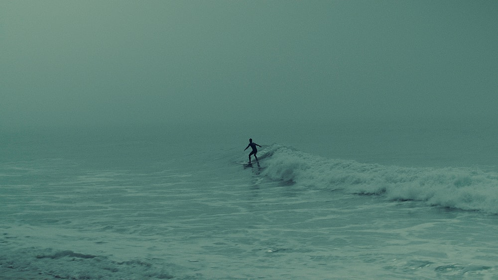 person surfing at daytime