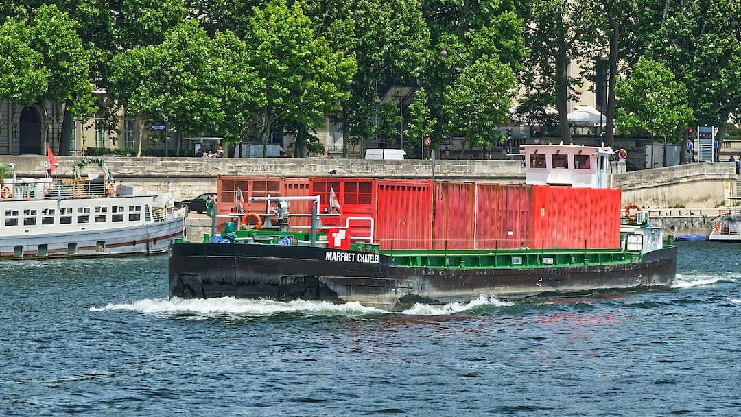 Quelle surprise de rencontrer la péniche sur la Seine qui passe régulièrement devant chez moi sur la Marne à 30 km.