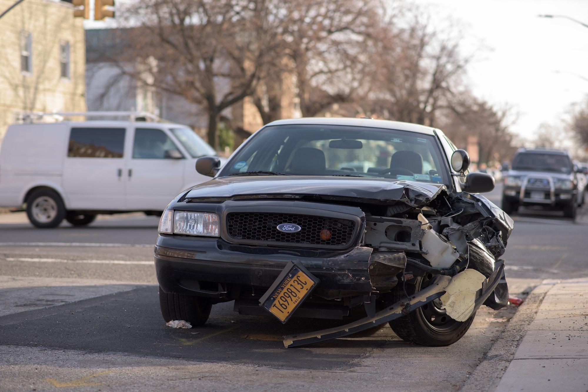 ¿Qué debo hacer si alguien choca o colisiona con mi carro estacionado?