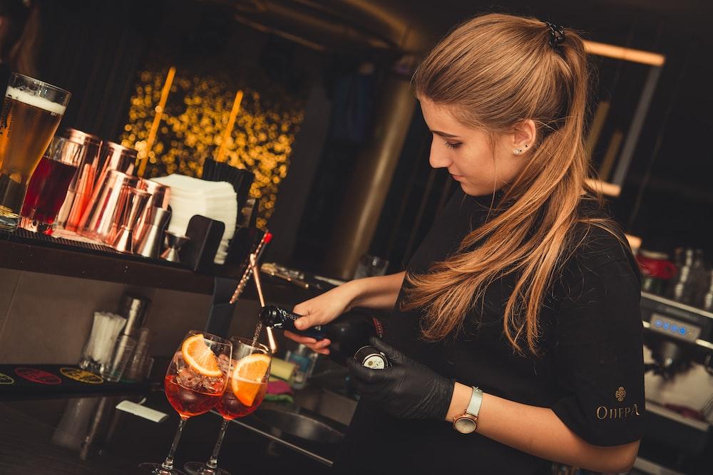 Mức lương tối thiểu ở Canada năm 2021 tăng ở vị trí nhân viên phục vụ rượu