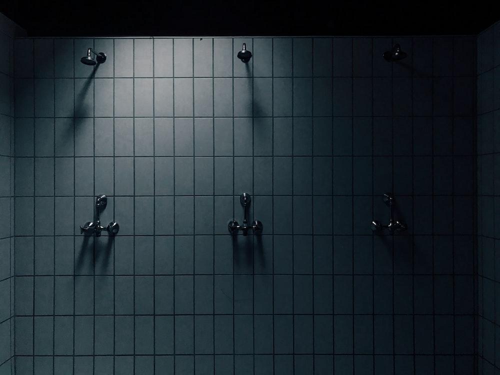 灰色のシャワー室